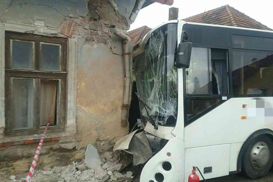 Ilustračný obrázok k článku Autobus s cestujúcimi nabúral do rodinného domu: Polícia má vysvetlenie