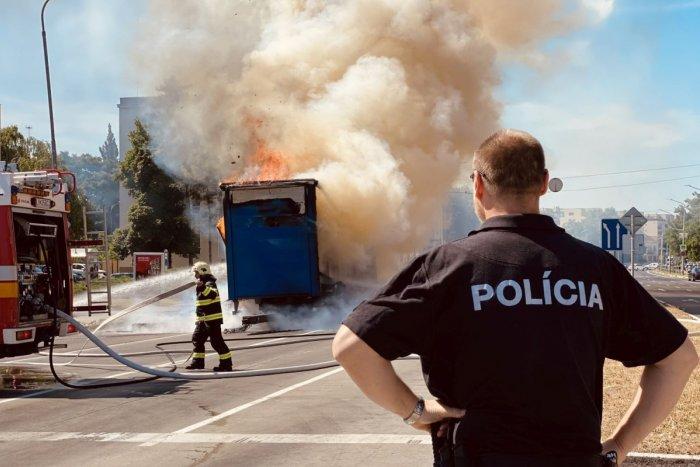 Ilustračný obrázok k článku Policajtov zarazilo správanie vodičov pri požiari prívesu: Toto NIKDY nerobte!