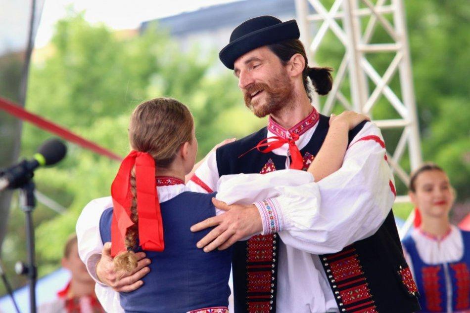 Ilustračný obrázok k článku Folklórny sviatok: Pod Zoborom odštartoval festival Akademická Nitra, FOTO
