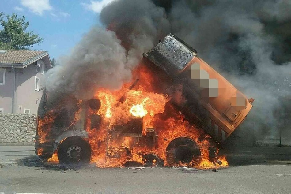 Ilustračný obrázok k článku CELÉ auto pohltili plamene: Požiar likvidovali hasiči z troch bratislavských staníc + FOTO