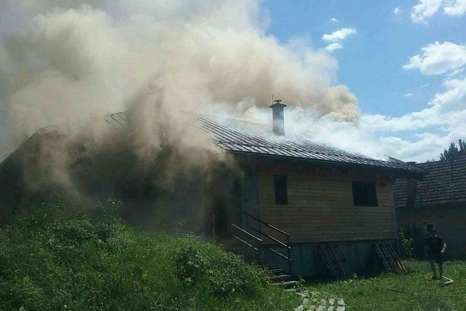 Ilustračný obrázok k článku Hasiči v akcii: Drevodom v obci pri Liptovskom Mikuláši zachvátili plamene, FOTO