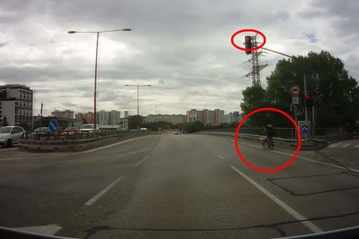 Ilustračný obrázok k článku Môžu jazdiť CYKLISTI na červenú? TENTO veľavravný odkaz polície si zapamätajte!