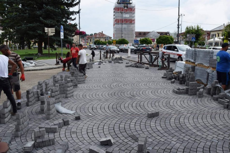 Ilustračný obrázok k článku Breznianske námestie prechádza premenou: Páči sa vám dlažba s historickým vzhľadom? FOTO