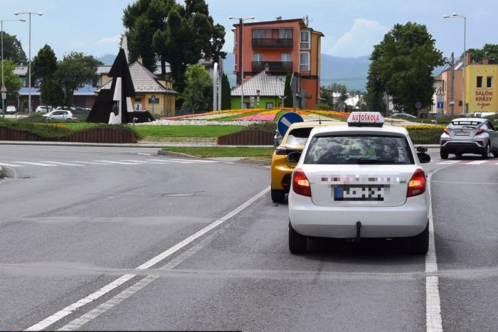 Ilustračný obrázok k článku To je hanba! Inštruktor autoškoly pred jazdou pil a nabúral