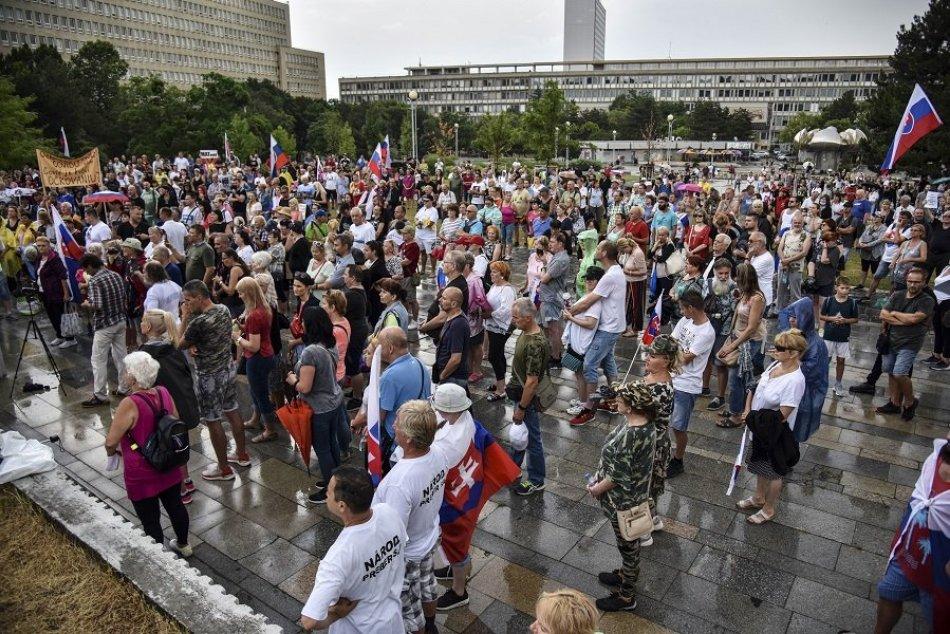 Ilustračný obrázok k článku Ďalší protest proti opatreniam: Pred Úradom vlády sa stretli stovky ľudí, FOTO