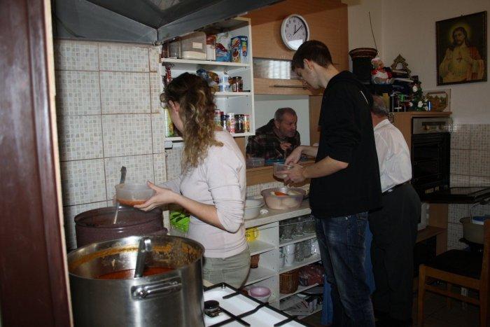 Ilustračný obrázok k článku Charita v Prievidzi hľadá dobrovoľníkov: Pomôcť môžete i darovaním oblečenia