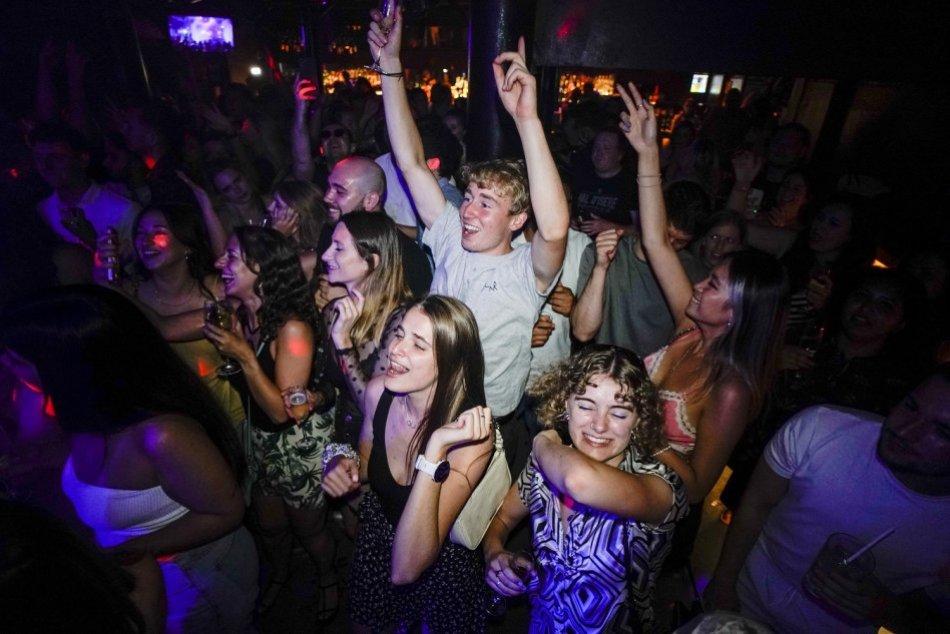 Ilustračný obrázok k článku FOTO: Otvorené kluby a veľkolepé žúrky: Briti od polnoci OSLAVUJÚ zrušenie opatrení