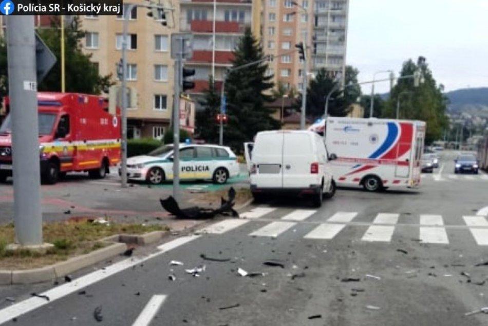 Ilustračný obrázok k článku Mrazivá bilancia nehody na košickej križovatke: Zranili sa 3 ľudia, z toho 2 ťažko, FOTO