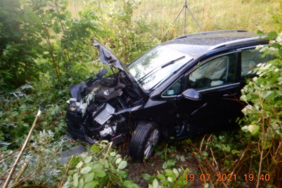 Ilustračný obrázok k článku Hrozivá nehoda na R1: Auto skončilo v priekope, ženu previezli do nemocnice, FOTO