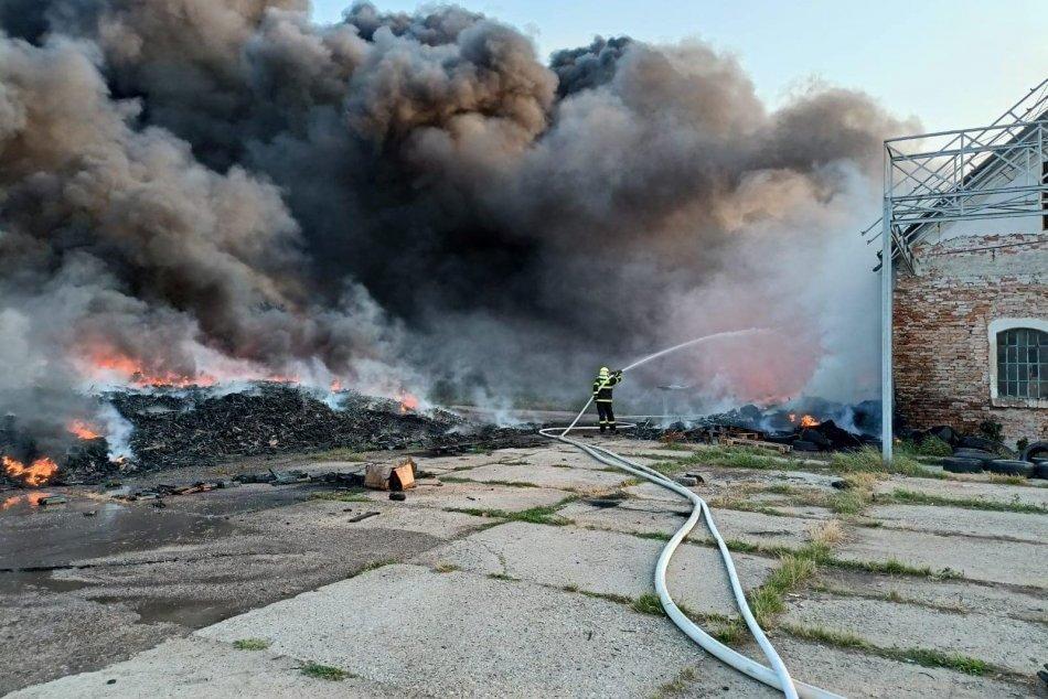 Ilustračný obrázok k článku Veľký zásah hasičov v Nitrianskom kraji: Horí hala s pneumatikami, FOTO