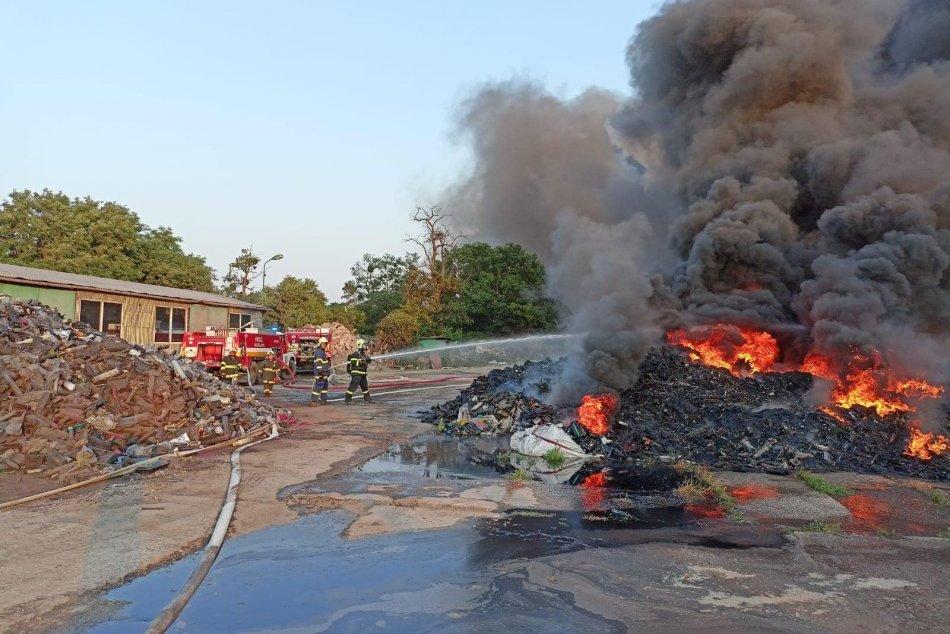 Ilustračný obrázok k článku V akcii bolo viac ako sto hasičov: Požiar haly sa podarilo úplne zlikvidovať