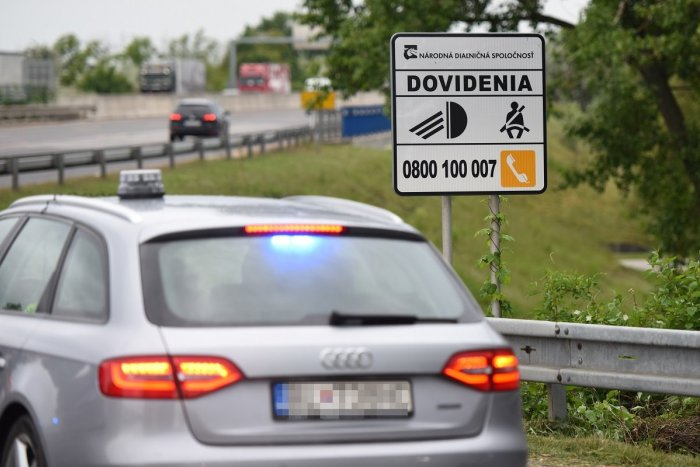 Ilustračný obrázok k článku Po D1 do Trnavy kráčal v protismere chodec: Z auta ho mala vyhodiť frajerka