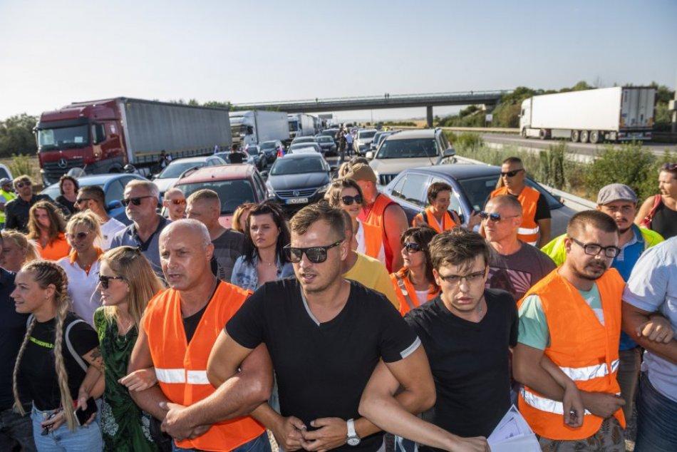 Ilustračný obrázok k článku Protestujúci zablokovali hraničné priechody a vytvorili živú reťaz: Testovať sa nedáme!