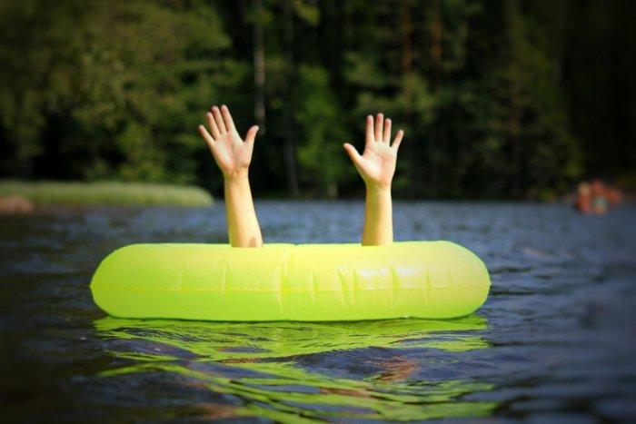 Ilustračný obrázok k článku Do vody NESKÁČTE a zabudnite na alkohol! Vyvarujte sa FATÁLNYCH chýb pri kúpaní