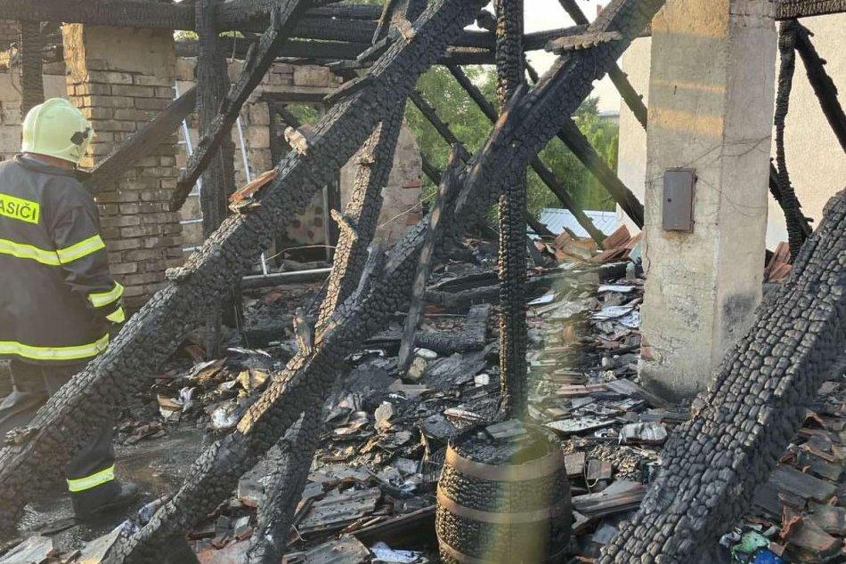 Ilustračný obrázok k článku Požiar v Žitavanoch: Majiteľom zhorela strecha nad hlavou, FOTO z miesta