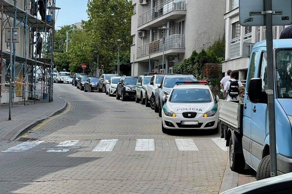 Ilustračný obrázok k článku POLICAJT odstavil auto TESNE pred priechodom. Pokojne obedoval a nevedel, že tým niečo PORUŠUJE