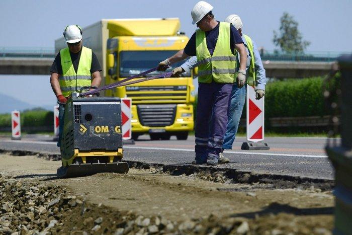 Ilustračný obrázok k článku Na D1 pri Trnave budú klásť nový asfaltový koberec: Rátajte s obmedzeniami!