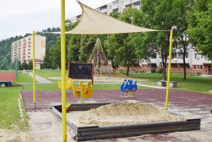 Ilustračný obrázok k článku Toto breznianskych rodičov poteší: Všimli ste si, čo pribudlo nad pieskoviskami?