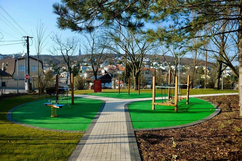 Ilustračný obrázok k článku Park na Kolibe sa po obnove zmenil na dokonalú oázu oddychu aj hier, FOTO