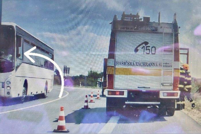Ilustračný obrázok k článku Políciu nahneval vodič autobusu: Spomalil, aby si natočil nehodu motorkára!