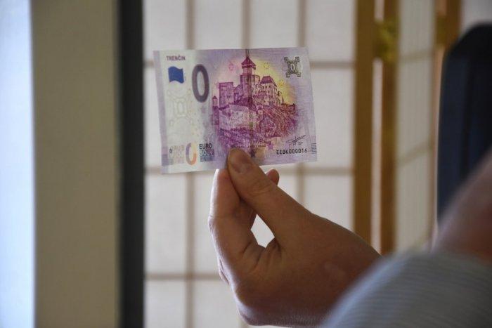 Ilustračný obrázok k článku Idú na dračku: Dotlačili nové eurobankovky s motívom Trenčianskeho hradu