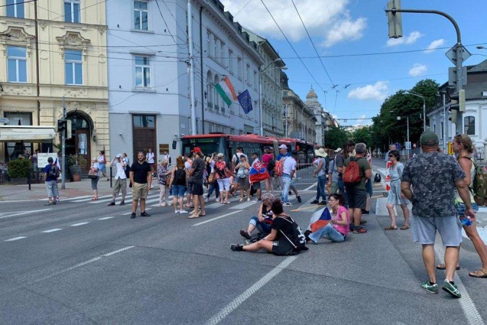 Ilustračný obrázok k článku Protestujúcich z ciest začali vytláčať ťažkoodenci: Demonštrácia má pokračovať
