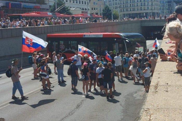 Ilustračný obrázok k článku Protest v Bratislave graduje: Rozbité auto, lietajúce vajcia a uviaznutý autobus