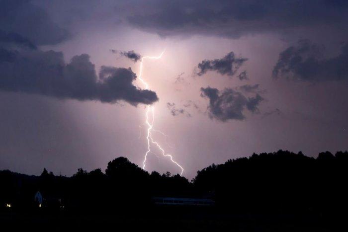 Ilustračný obrázok k článku Po horúčavách nás čakajú SILNÉ búrky: Vylúčené nie sú ani KRÚPY a TORNÁDO