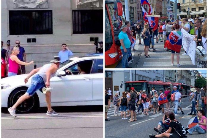 Ilustračný obrázok k článku Máte VIDEÁ z protestu? Polícia vás žiada o pomoc: Hľadá aj muža, ktorý opľul šoférku!