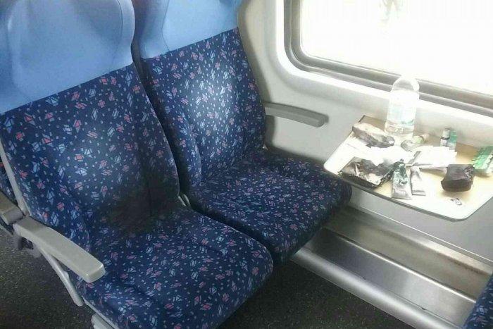 Ilustračný obrázok k článku Jazda vlakom sa zmenila na DRÁMU: Žene vybuchla v kabelke nabíjačka! Zasahovali aj hasiči