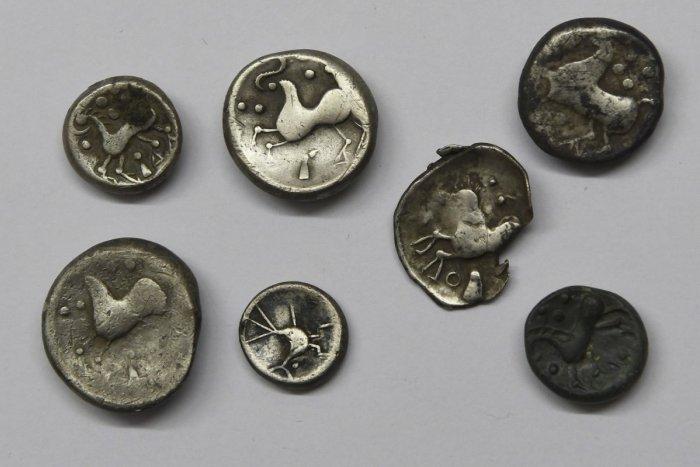 Ilustračný obrázok k článku Vzácny úlovok archeológov: V Jánovciach našli mince aj šperky staré DVETISÍC rokov