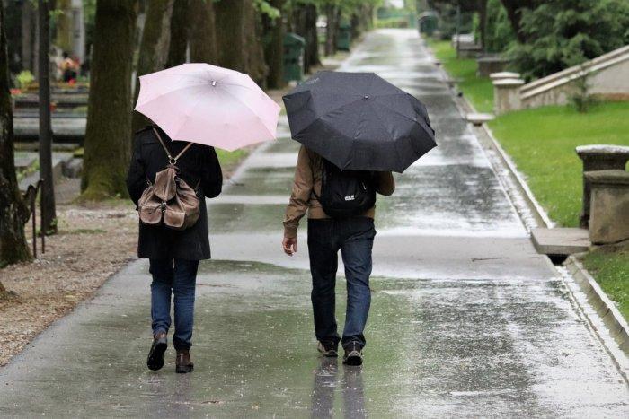 Ilustračný obrázok k článku Slováci, vyťahujte dáždniky! Udrú intenzívne zrážky, platia VÝSTRAHY