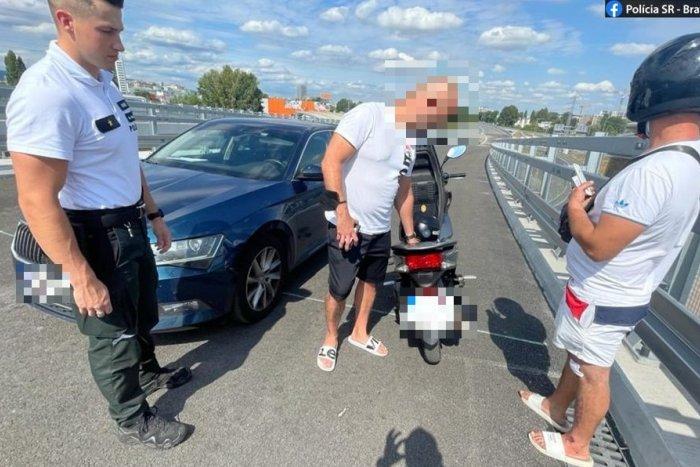 Ilustračný obrázok k článku Motocyklista uháňal po diaľnici D1 v protismere: To však nie je jediné, čím sa previnil
