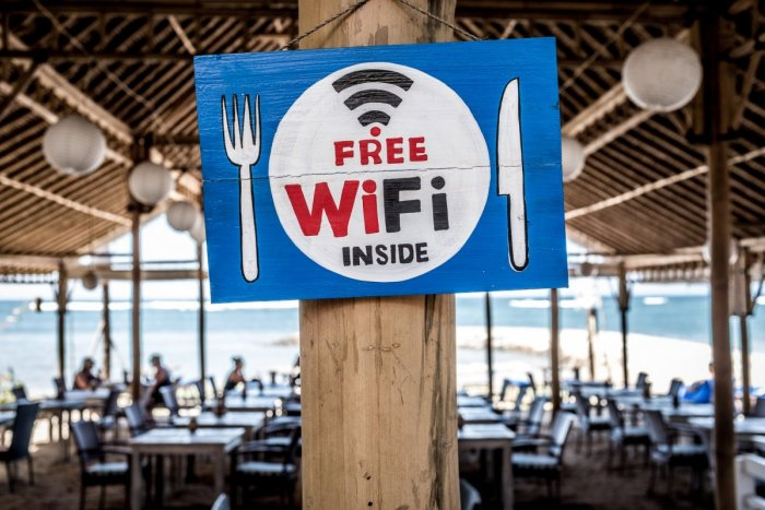 Ilustračný obrázok k článku RADÍME: Cez verejné Wi-Fi siete sa neprihlasujte na sociálne siete! Prečo je to nebezpečné?