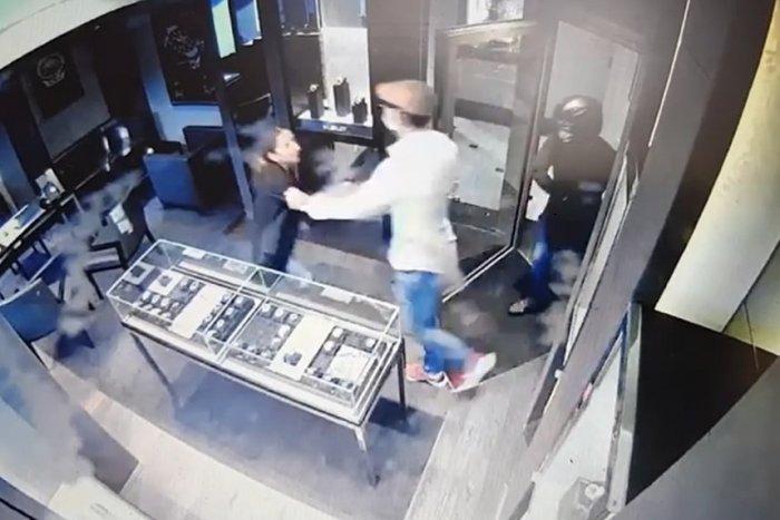 Ilustračný obrázok k článku Násilná LÚPEŽ v centre: Za ukradnuté HODINKY by si zlodeji mohli kúpiť aj dom v Bratislave