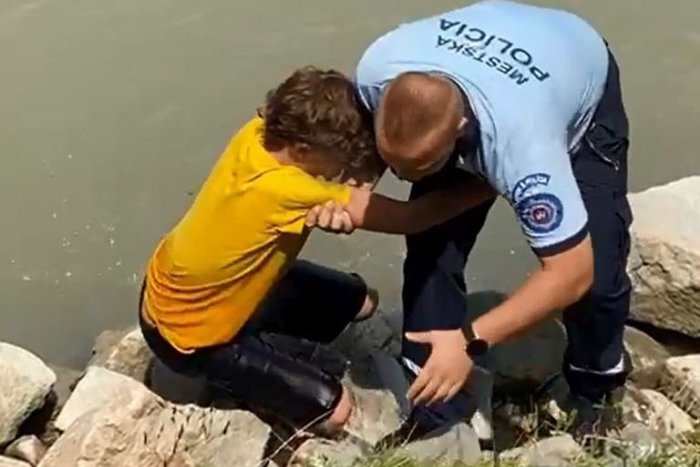 Ilustračný obrázok k článku Mestskí policajti ZACHRÁNILI chlapca z Dunaja: HĽADALI sa jeho rodičia