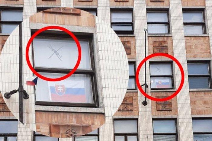 Ilustračný obrázok k článku Na oknách STU bol vylepený znak protiočkovacej KAMPANE. Čo na to fakulta?