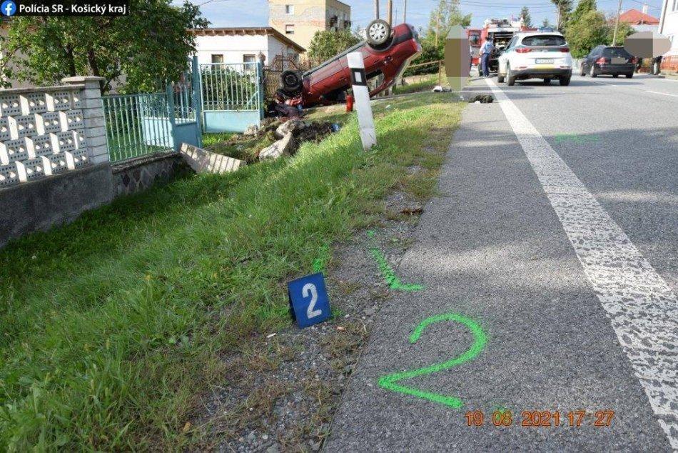 Ilustračný obrázok k článku Vo Svinici auto skončilo na streche, spolujazdec sa vážne zranil