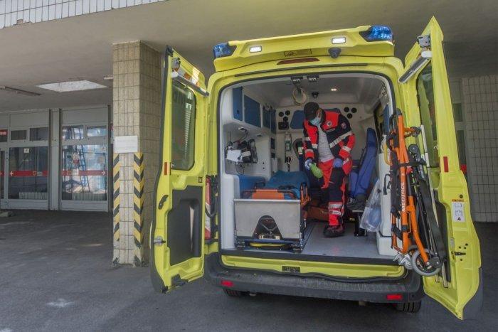 Ilustračný obrázok k článku V Bystrici došlo k nehode auta s 2 chodcami: Zranených ratujú záchranári