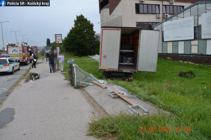 Ilustračný obrázok k článku Hrozivá nehoda v Košiciach: Kamión úplne zdemoloval zastávku, FOTO