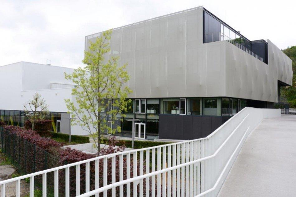 Ilustračný obrázok k článku Zázračná škola so zelenou strechou