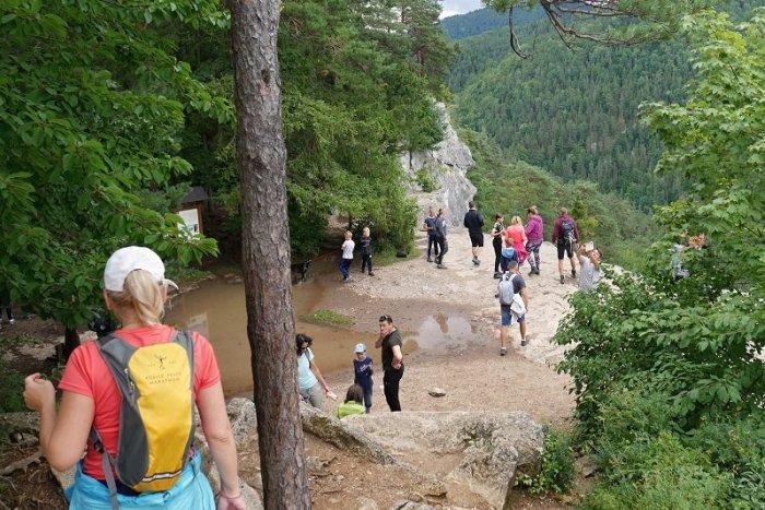 Imagen ilustrativa para el artículo ¿SANDALIAS en la montaña o de excursión con un niño sobre los hombros?  Aquí están los PEORES errores que cometemos