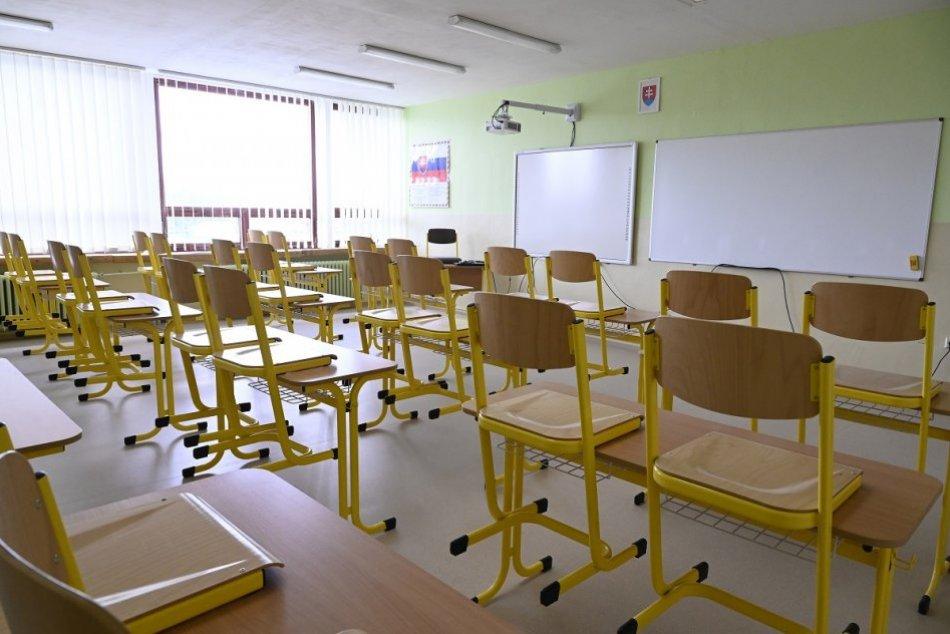 Ilustračný obrázok k článku COVID-19 sa šíri mestom: Na TEJTO škole v Rožňave je štvrtina učiteľov nakazená!