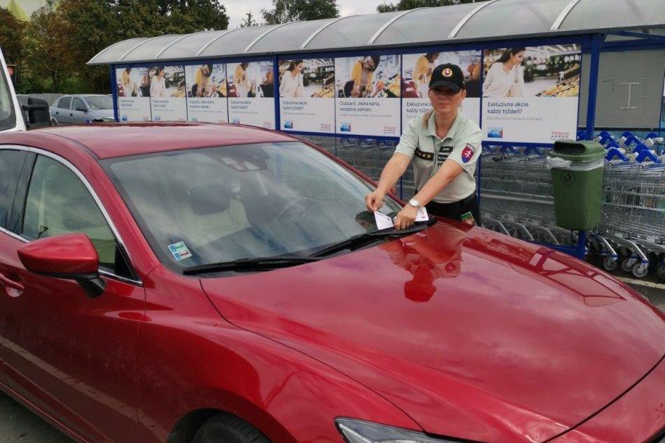 Ilustračný obrázok k článku Polícia na parkovisku pred Tescom: Auto nie je výklad!