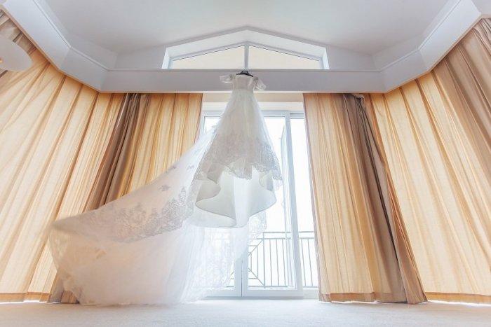 Ilustračný obrázok k článku Pokochajte sa bielou nádherou: Na Liptove otvorili veľkú výstavu svadobných šiat