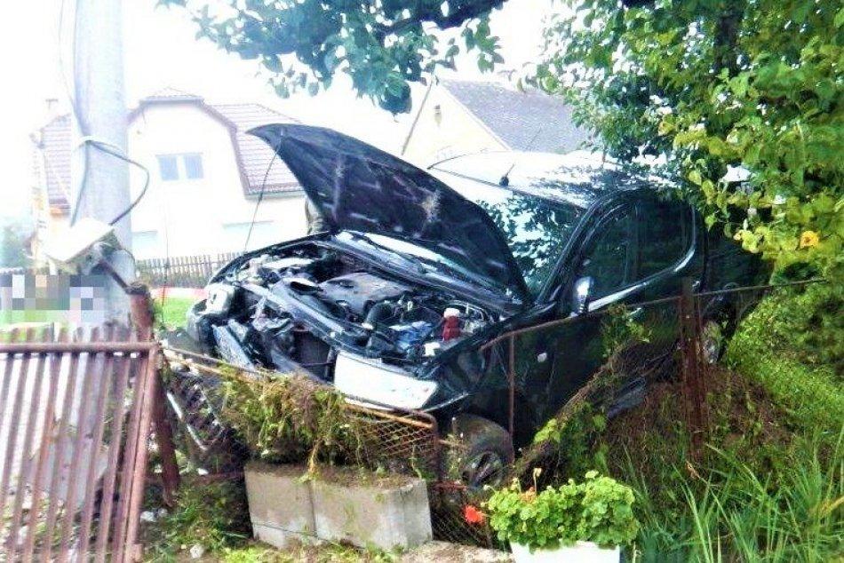 Ilustračný obrázok k článku Nehoda vo Sverepci: Vodič zaspal za volantom, tvrdý náraz pri dome, FOTO