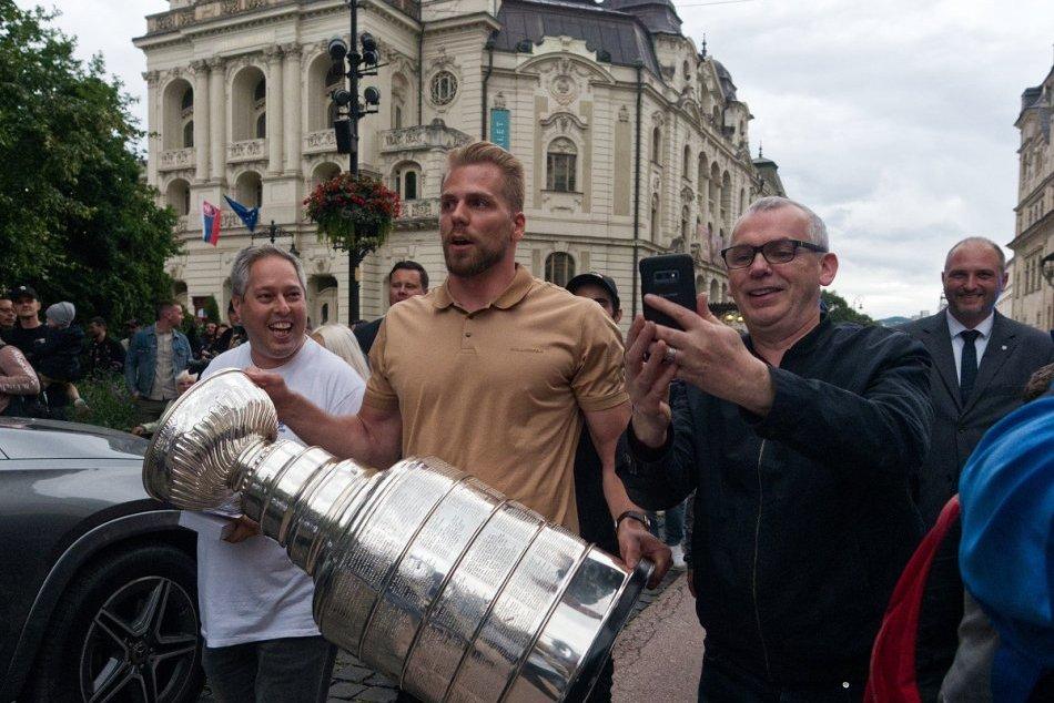 Ilustračný obrázok k článku V OBRAZOCH: Košičania hodiny čakali na známu trofej. Stanley Cup spôsobil fotografický ošiaľ