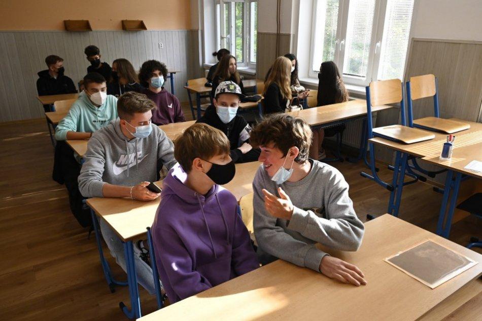 Ilustračný obrázok k článku Nepríjemné správy: KORONAVÍRUS opäť straší v škôlkach, ŠKOLÁCH aj v domove seniorov