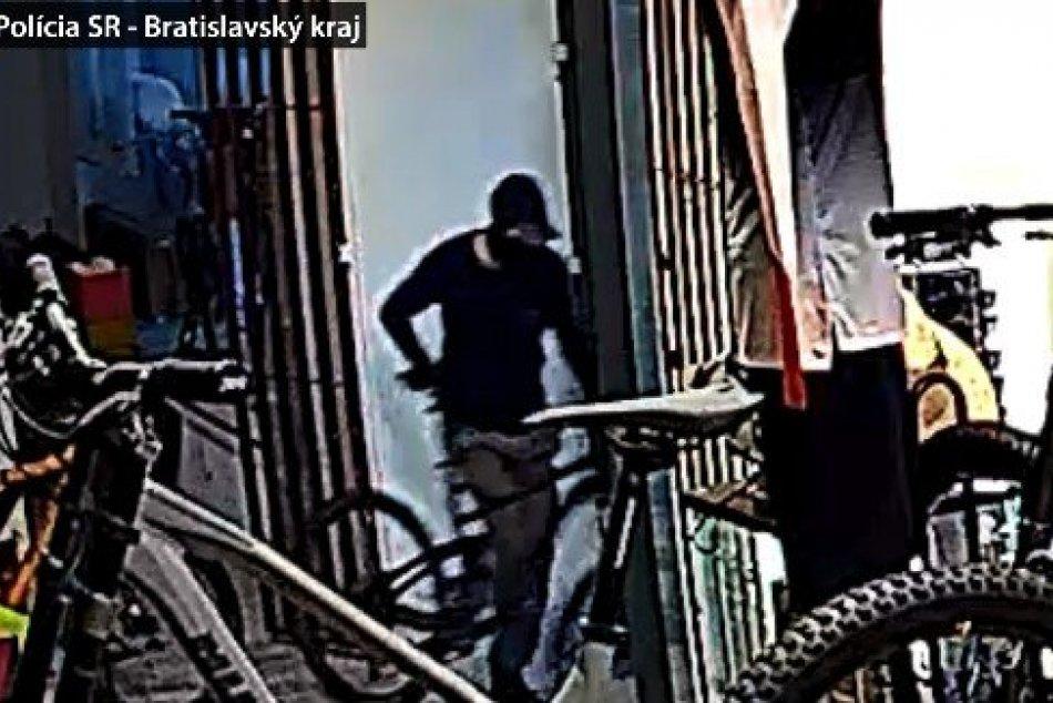 Ilustračný obrázok k článku V bratislavskej predajni došlo ku krádeži bicyklov: Polícia hľadá TÚTO osobu, FOTO