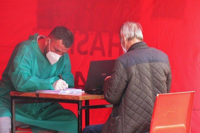 Ilustračný obrázok k článku Výjazdové tímy sa činili: Koľkí ľudia dostali vakcínu v najmenej zaočkovaných obciach kraja?